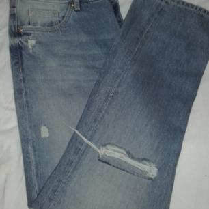 Mom jeans med hål. Jätte fina! Men förstora😣❤