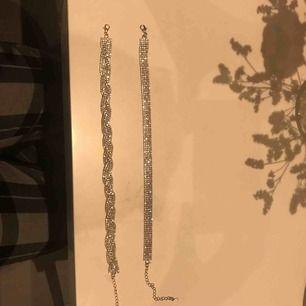 Två glittriga chokers från glitter, båda för 50 kr Kan mötas i Stockholm men helst i mörby elr täby centrum.