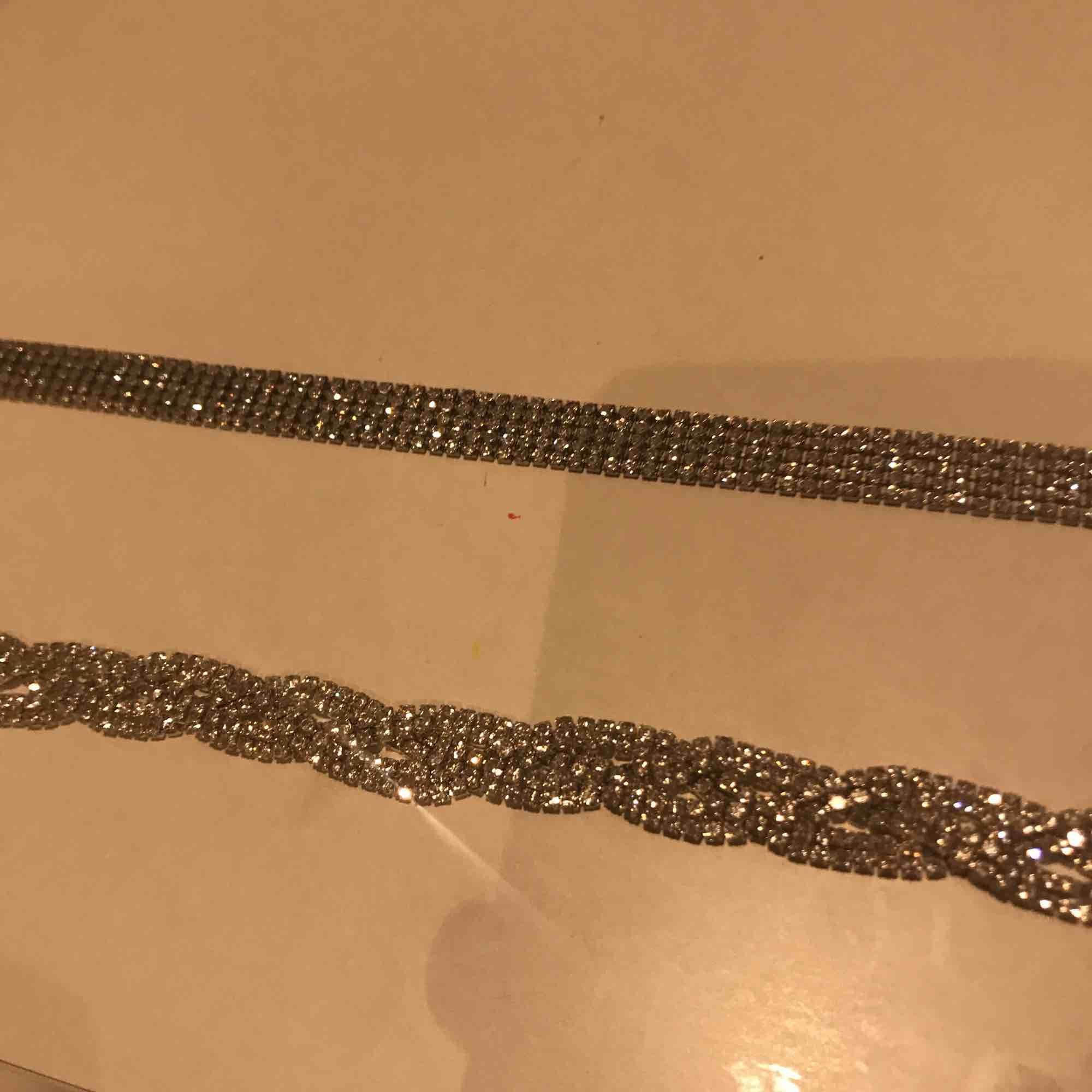 Två glittriga chokers från glitter, båda för 50 kr Kan mötas i Stockholm men helst i mörby elr täby centrum.. Accessoarer.