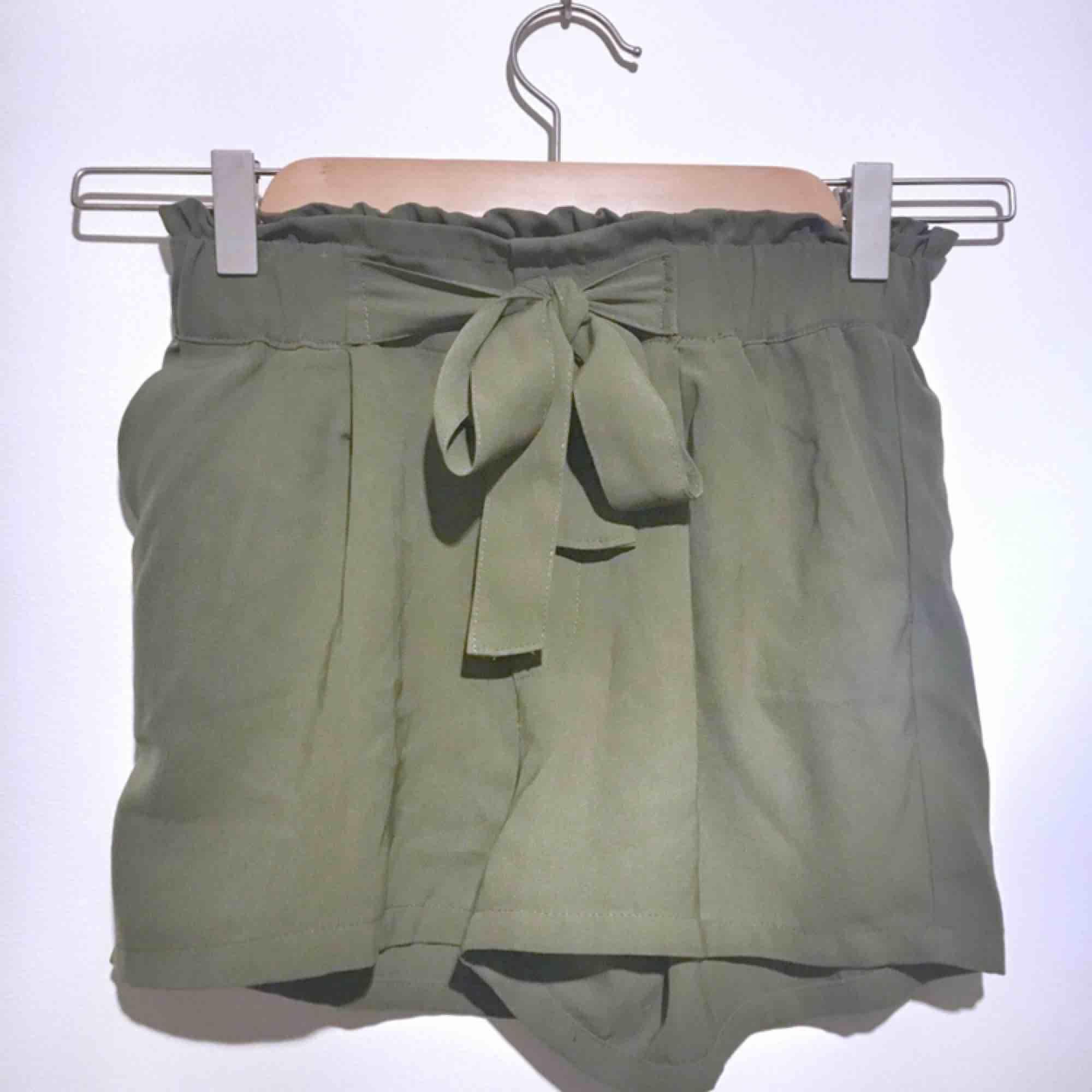 Som nya shorts. Militärgröna med ett skärp, HÖGMIDJADE!. Shorts.
