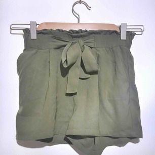 Som nya shorts. Militärgröna med ett skärp, HÖGMIDJADE!