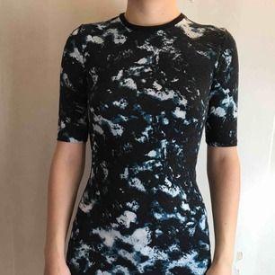 tight klänning i använt men gott skick!