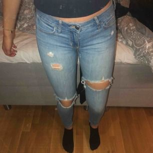 Snygga jeans från hollisyer! Använda, men fortfarande mycket snygga! Köptes med slitningarna. Det är en liten storlek men funkar på mig som är en 28/32 pga stretchen! Sjukt sköna