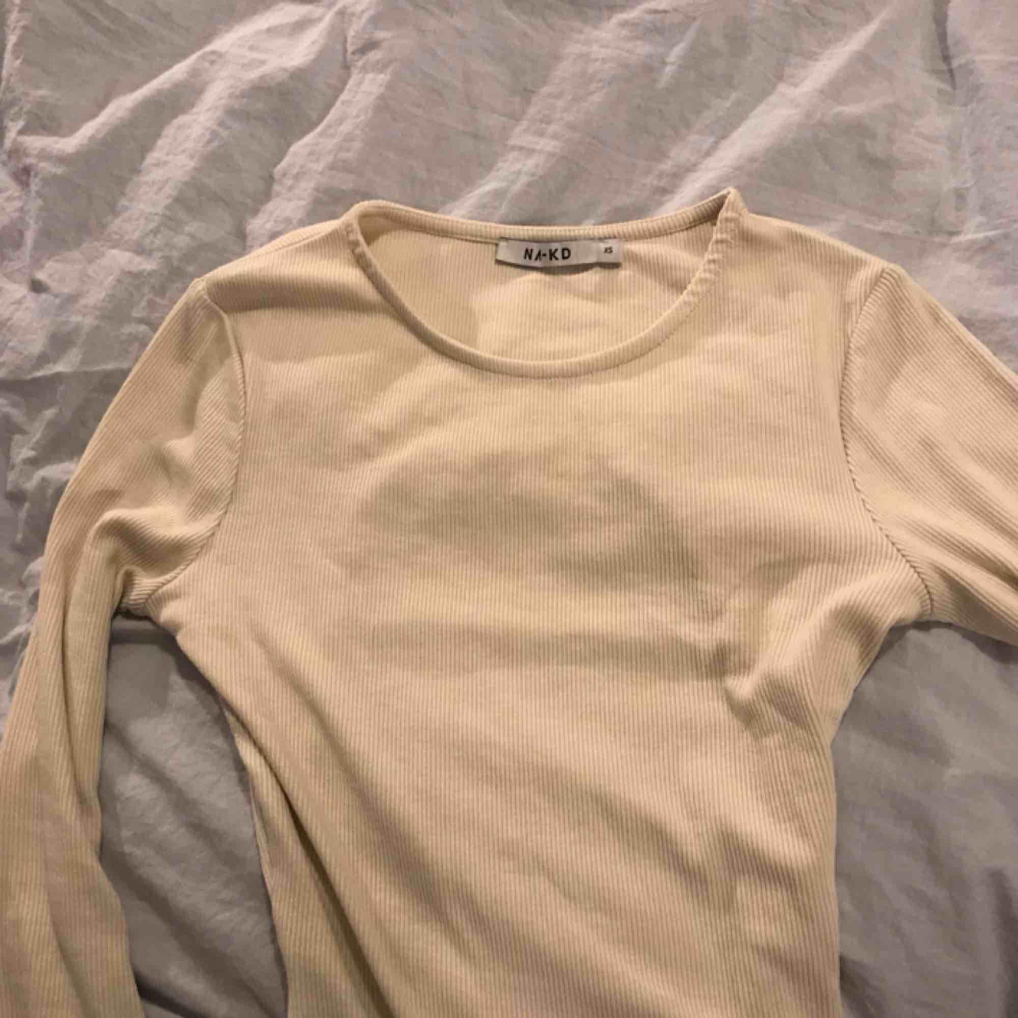 Supersnygg tröja som är öppen i ryggen, den är ribbad och ett tunt strechigt material, nypris 350 kr. Säljer pga den inte kommer till någon användning. Skjortor.