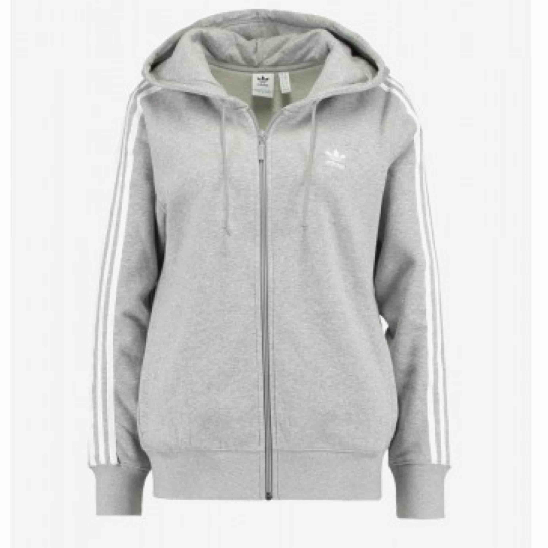 hoodie från adidas, ny pris 700kr <333 sitter jätte fint på kroppen (inte min bild). Huvtröjor & Träningströjor.