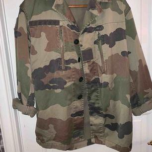 En camo jacka som är lite oversize (på mig iallafall), köpt från NAKD men klippt av lappen då den skavde. Den är väl använd men i bra skick. 🤩😛