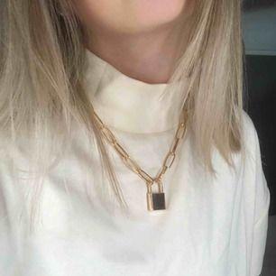 Guldigt kedjehalsband från boohoo. Säljer för att den inte kommer till användning🥰
