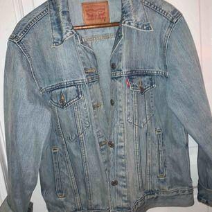En overzised jeansjacka från Levi's, riktig snygg och skön men kommer tyvärr inte till användning😢💕🤩