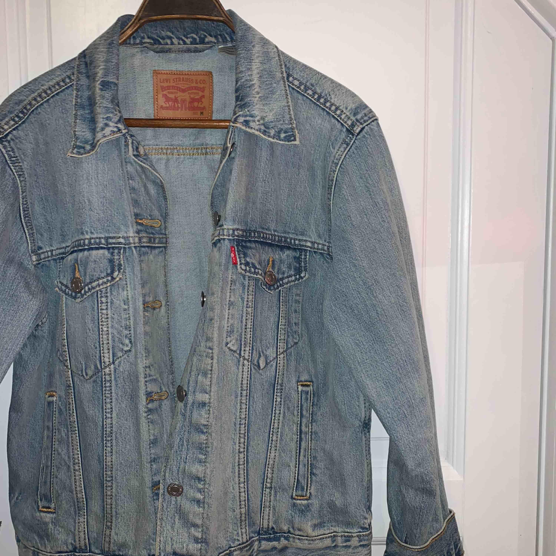 En overzised jeansjacka från Levi's, riktig snygg och skön men kommer tyvärr inte till användning😢💕🤩. Jackor.