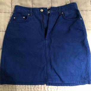En så fin blå kjol som är köpt på pull and bear. Jag köpte i fel storlek och därför säljer jag den. Bra Kvalite och går att matcha till mycket!  Säljs inte längre i butik