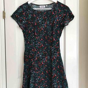 Blommig klänning köpt på Weekday (bild nr 2 från ASOS hemsida dock), knappt använd så den är i bra skick. Har fin snörningsdetalj i ryggen och dragkedja i sidan som ger en najs passform