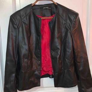 En skinnjacka från Zara, aldrig använd och köpt för ca1 år sedan för 700kr. Jackan har puffar på axlarna vilket är skitsnyggt enligt mig.😝🥰