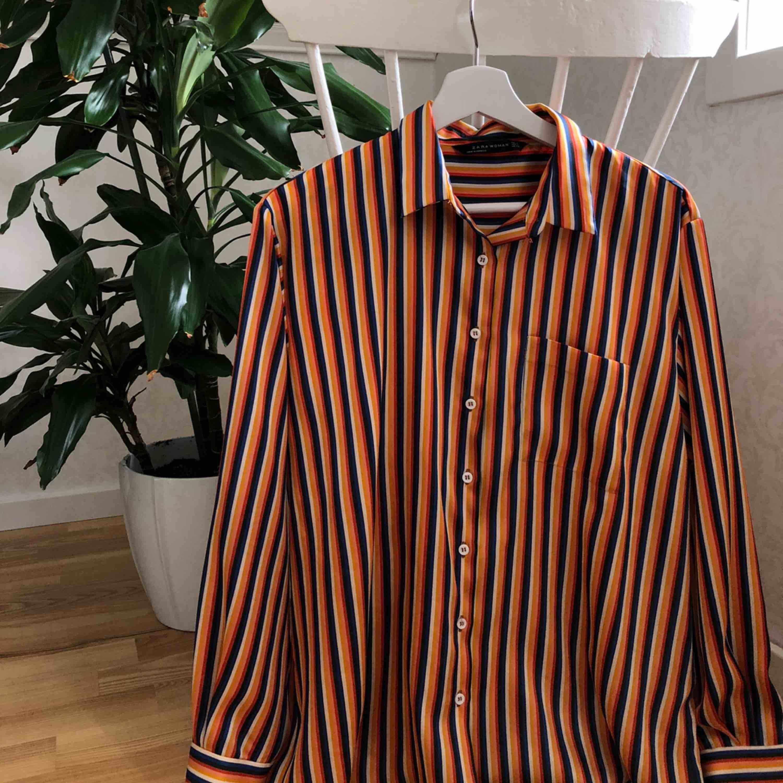 En jättefin glansig silke liknade skjorta från Zara. Använd fåtal gånger. 59kr frakt<3. Skjortor.