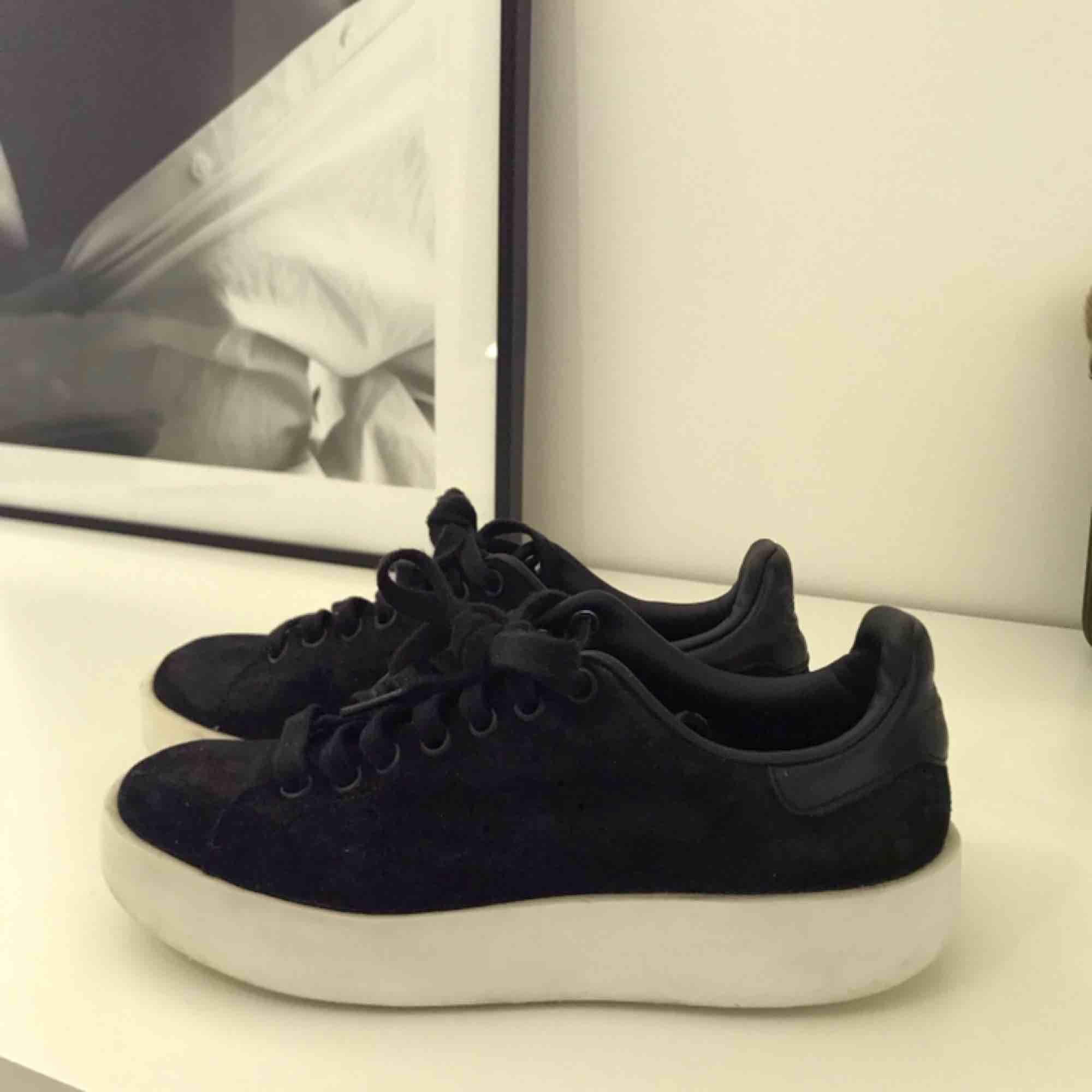 Adidas skor i mocka imitation, skinndetalj baktill. Använd endast några enstaka gånger.  Fina och fräscha! ☺️. Skor.