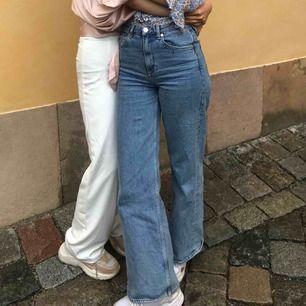 Vida snygga blå jeans. Säljer pga att de har blivit lite för små. Har ett litet runt svart sträck på vänstra framlår (se tredje bilden) men är ingenting som syns så väl eller stör. Bra skick trots att de kanske inte är från det bästa klädmärket.