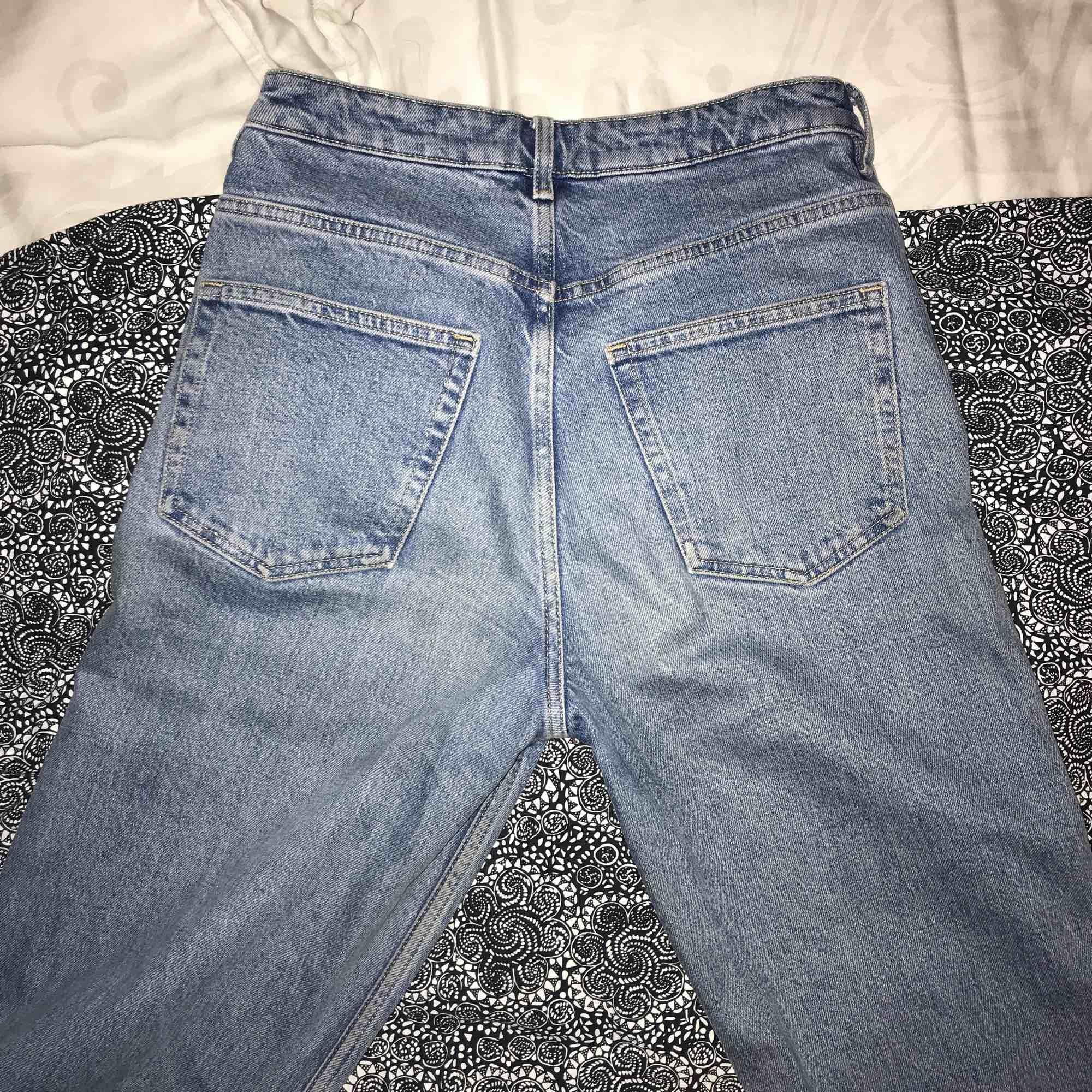 Vida snygga blå jeans. Säljer pga att de har blivit lite för små. Har ett litet runt svart sträck på vänstra framlår (se tredje bilden) men är ingenting som syns så väl eller stör. Bra skick trots att de kanske inte är från det bästa klädmärket.  . Jeans & Byxor.