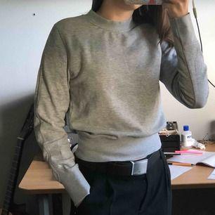 Fin sweatshirt från H&M , lappen är borta men passar bra på mig som är S den passar nog oxå på en XS.knappt använd & superbra skick. Frakt tillkommer 🌼