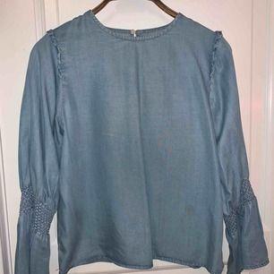 En snygg ljusblå blus från zara som tyvärr inte används längre. Blusen har en fläck på sig därför billigare priset men fläckar kanske försvinner i tvätten har inte testat. 🤭🤪💕