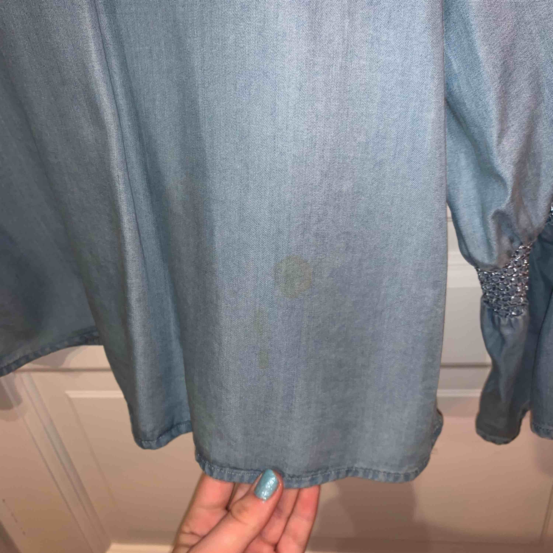 En snygg ljusblå blus från zara som tyvärr inte används längre. Blusen har en fläck på sig därför billigare priset men fläckar kanske försvinner i tvätten har inte testat. 🤭🤪💕. Blusar.