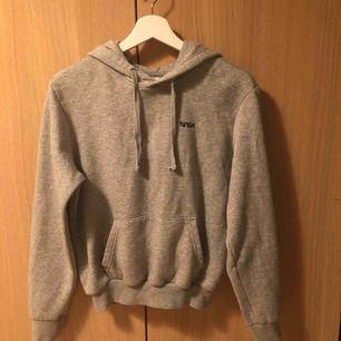 Grå hoodie ifrån H&M, frakten är inräknad i priset