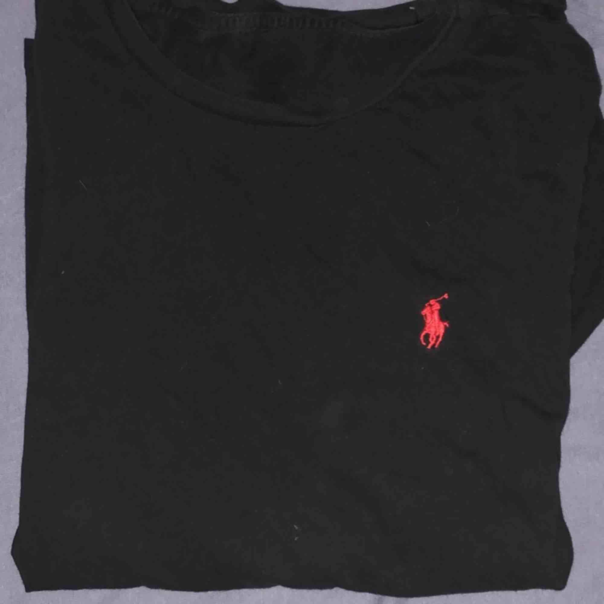 fin svart ralph lauren tröja osäker på storlek men kanske small-liten medium. Skjortor.