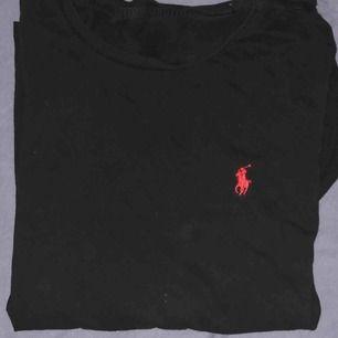 fin svart ralph lauren tröja osäker på storlek men kanske small-liten medium