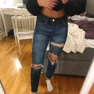 Jeans med slitningar från Gina tricot som är mörk blå i färgen. Köparen står för frakt!