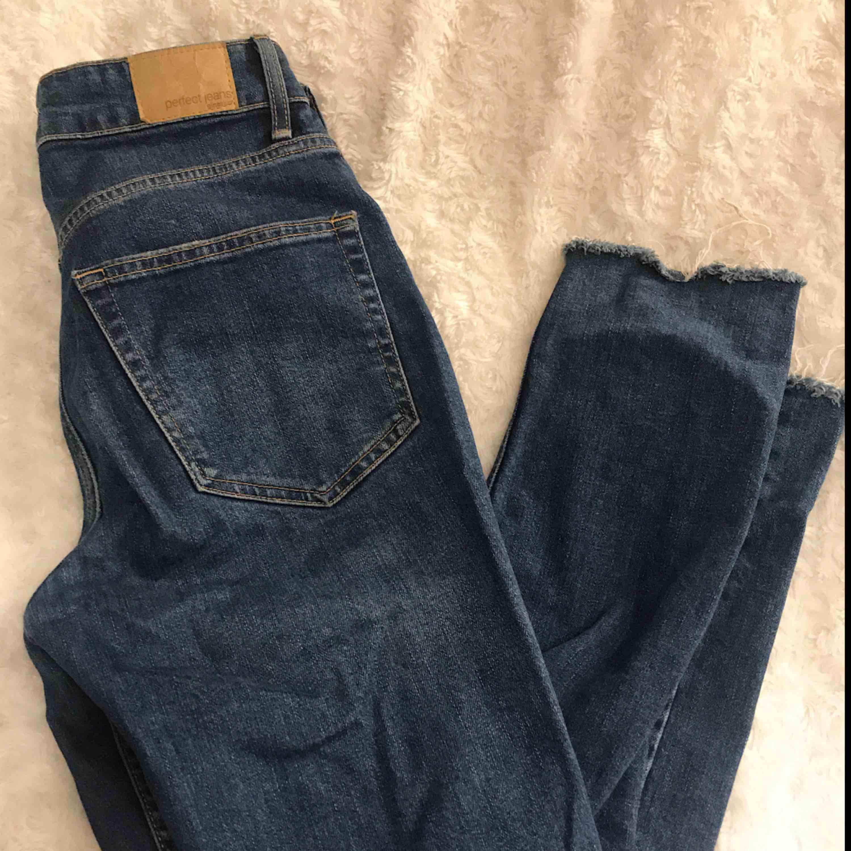 Jeans med slitningar från Gina tricot som är mörk blå i färgen. Köparen står för frakt!. Jeans & Byxor.