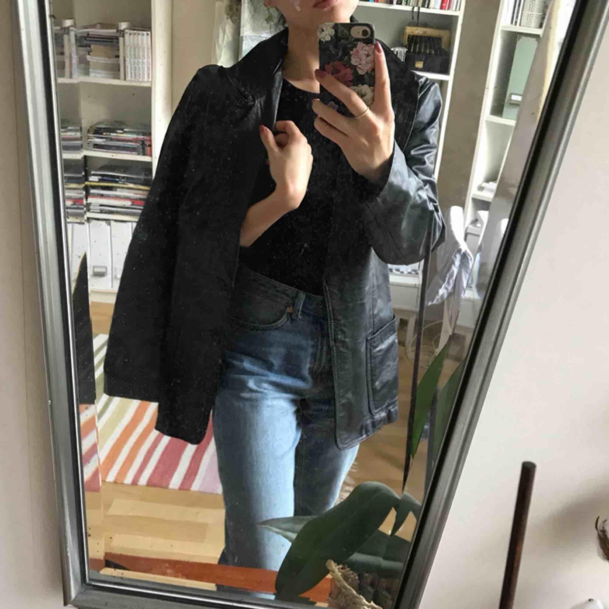 Grym skinnrock att ha till hösten! Vintage, inköpt second hand. Knapparna borttagna. Passar s/m beroende på om man vill ha den lite oversize. Jag fraktar spårbart :). Jackor.