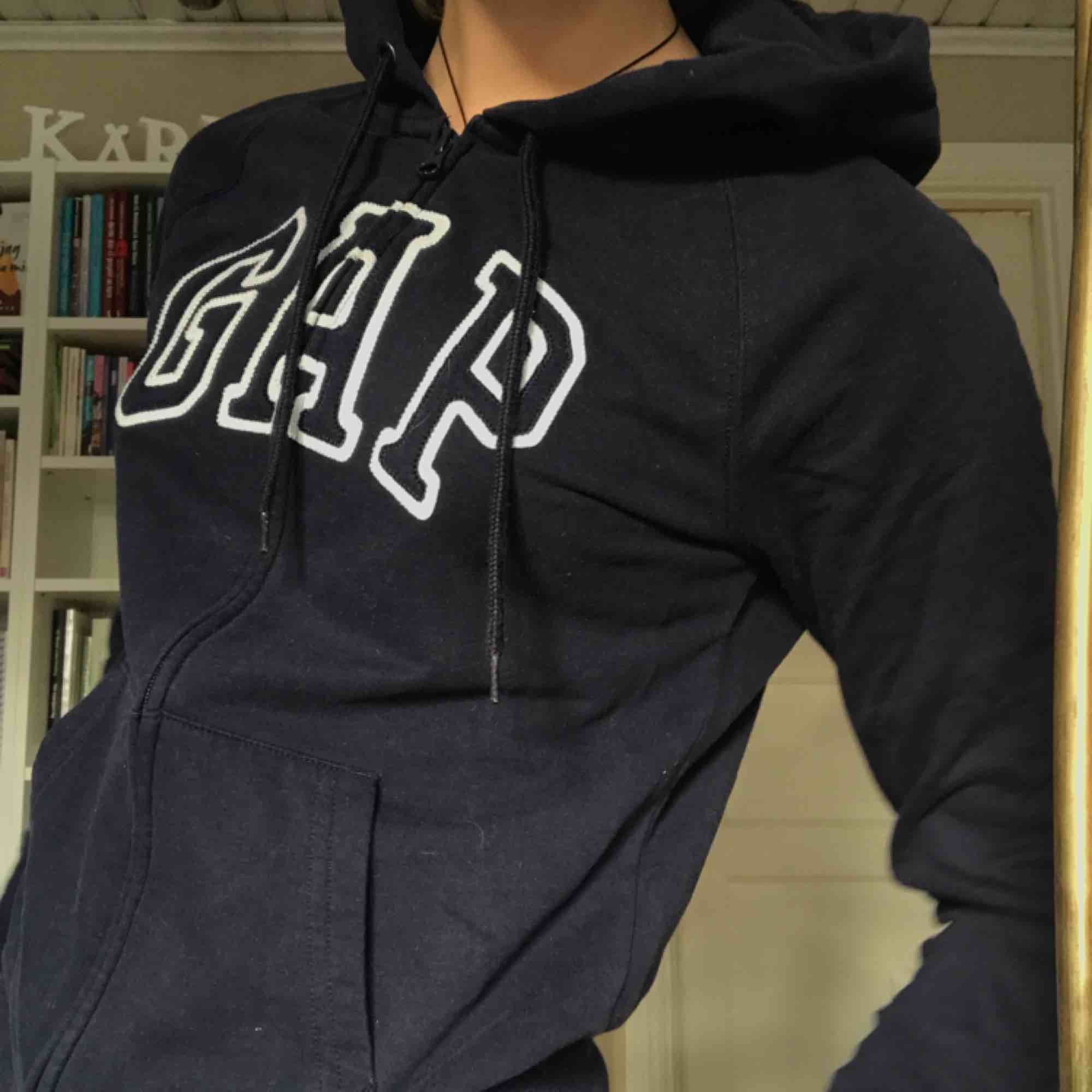 Marinblå (ej svart!!!) zip up hoodie från Gap, köpt i USA för några är sedan, nypris ca 400 kr. Bra skick! . Tröjor & Koftor.