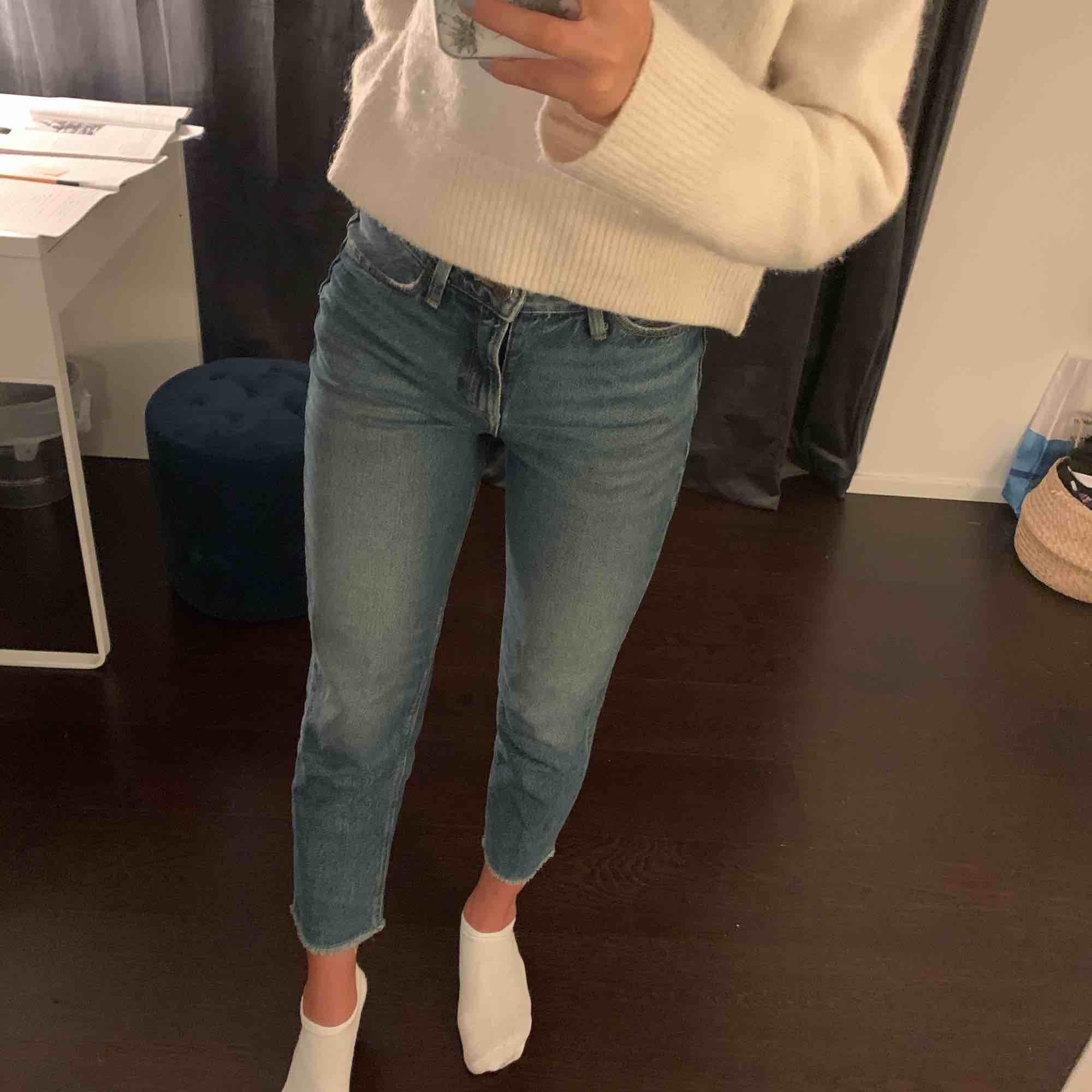 Säljer mina assnygga Lee mom fit💞 Köpte förra året men säljer pga blivit för korta. Assnygga på och passa perfa till vad som helst!!!! Kan gå ner i pris vid snabb affär💕. Jeans & Byxor.