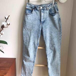 Uppe igen pga oseriös köpare! Klassiska mom-jeans från cheap monday. Knappt använda! Modellen heter Donna och nyansen är ice blue om du vill googla referens. Frakt på 63 kr tillkommer.