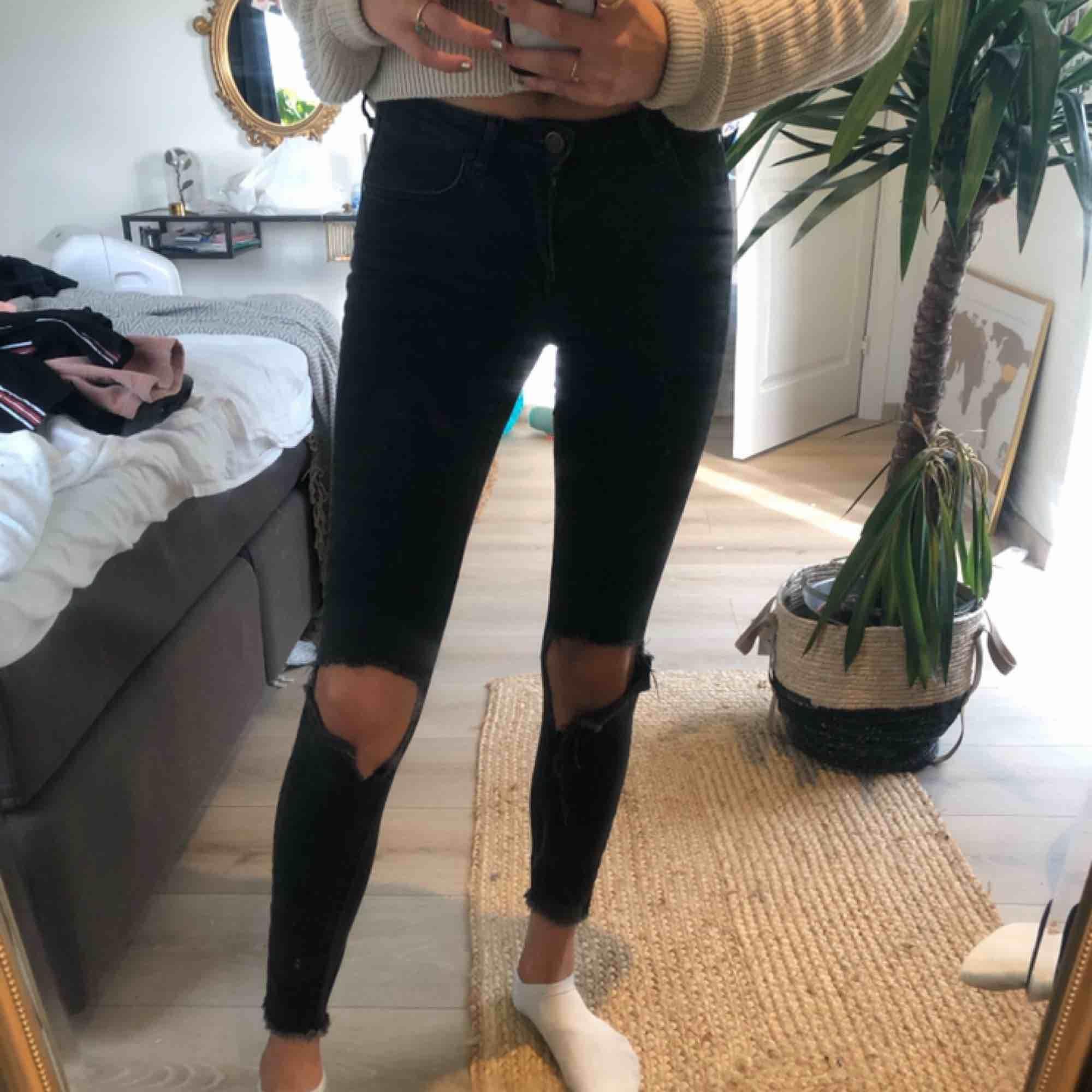 Svarta,tvättade,håliga Gina Jeans! . Jeans & Byxor.