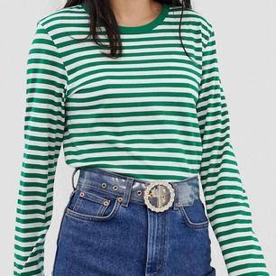 Grön, randig tröja från Monki. Slutsåld på hemsidan! Endast testad men aldrig använd pga inte min stil. Skriv för fler bilder💕Fraktkostnad tillkommer
