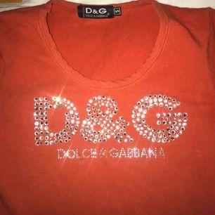 fett fkn snygg t-shirt från Dolce & Gabbana, köpt på humana. några paljetter har trillat av, men det kan man nog fixa om man har ambitionen. köpare står för frakten!