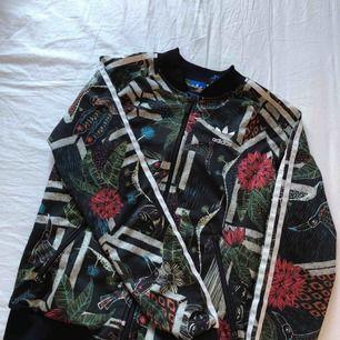 Adidas track jacket, långärmad i nyköpt skick 100kr + frakt, kan mötas upp