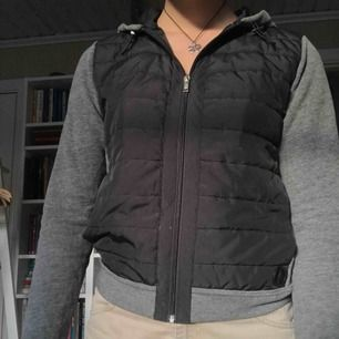 Jacka/hoodie med luva från Abercrombie. Köpt i USA, nypris ca 500 kr. Väldigt praktiskt och användbar samt gott skick :)