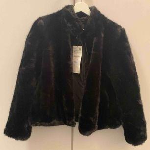 Helt oanvänd pälsjacka från Zara i storlek M nypris 699 kr!