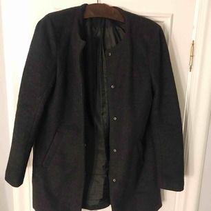 Svart lite kortare kappa från Only köpt på Nelly. Köparen står för frakt!