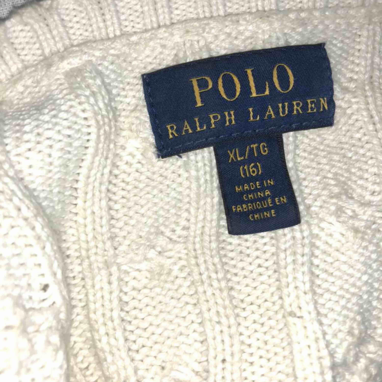 Välanvänd kabelstickad Ralph Lauren tröja i fint skick. Köptes i USA därav storleken men sitter som en xs. Köptes för ca 1000 kr. Köparen står för frakt.. Tröjor & Koftor.