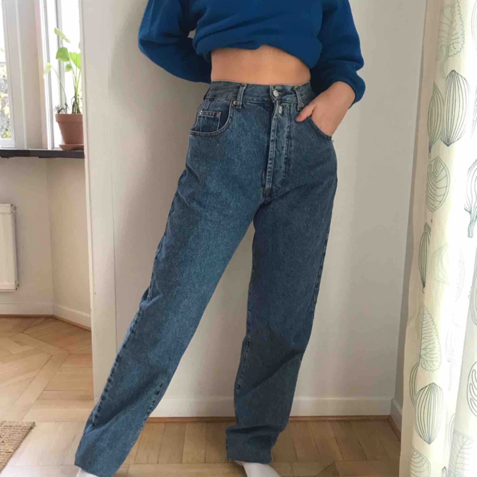 Sjukt snygga vida jeans ifrån Offshore! Byxorna är smalare i midjan och sen vidare vid benen. Endast använda på denna bilden, säljer då jag har liknande jeans! I toppskick. Köparen står för frakt och betalningen sker över swish💕. Jeans & Byxor.
