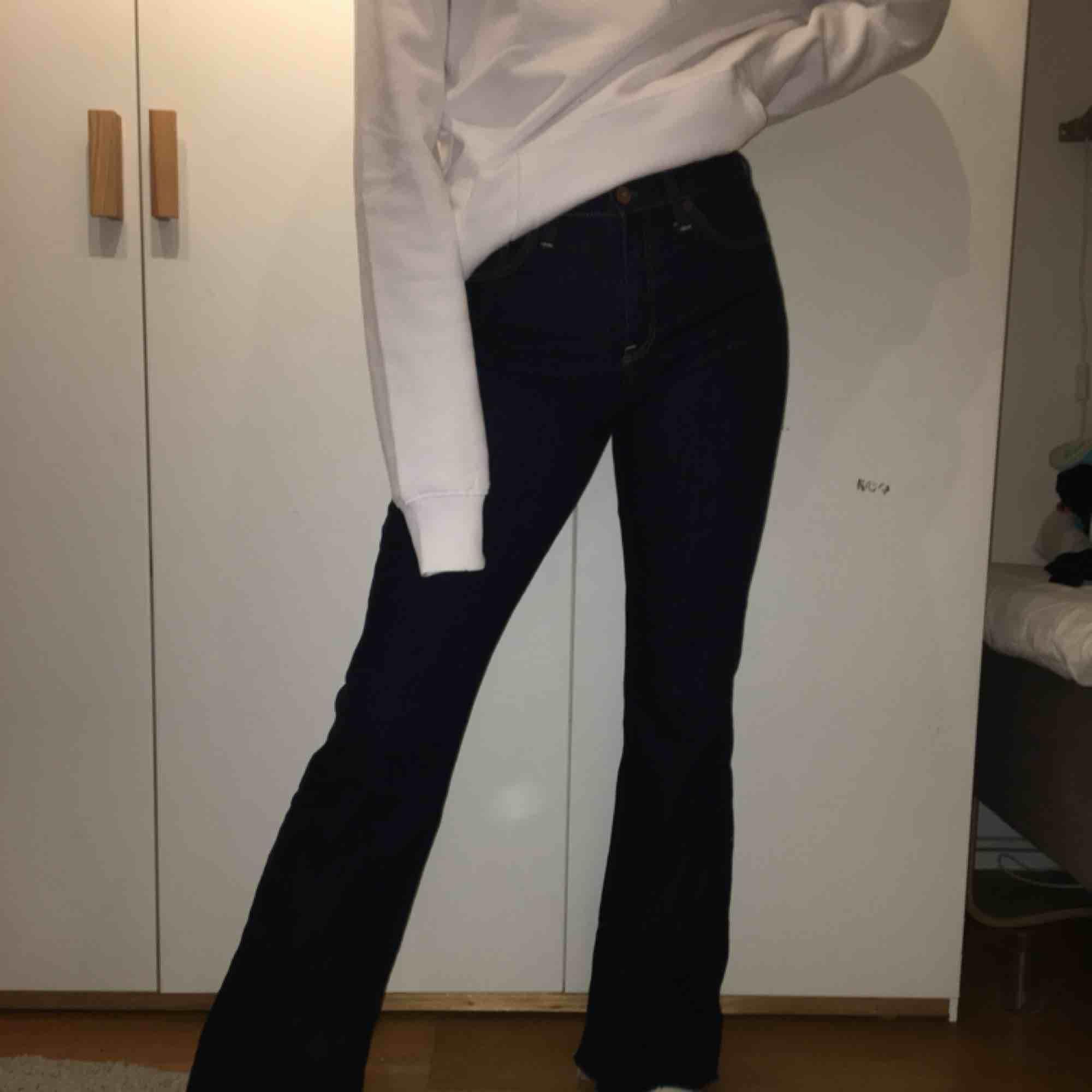 Passar XS, avklippta där nere för att det skulle blir fransigt. :). Jeans & Byxor.