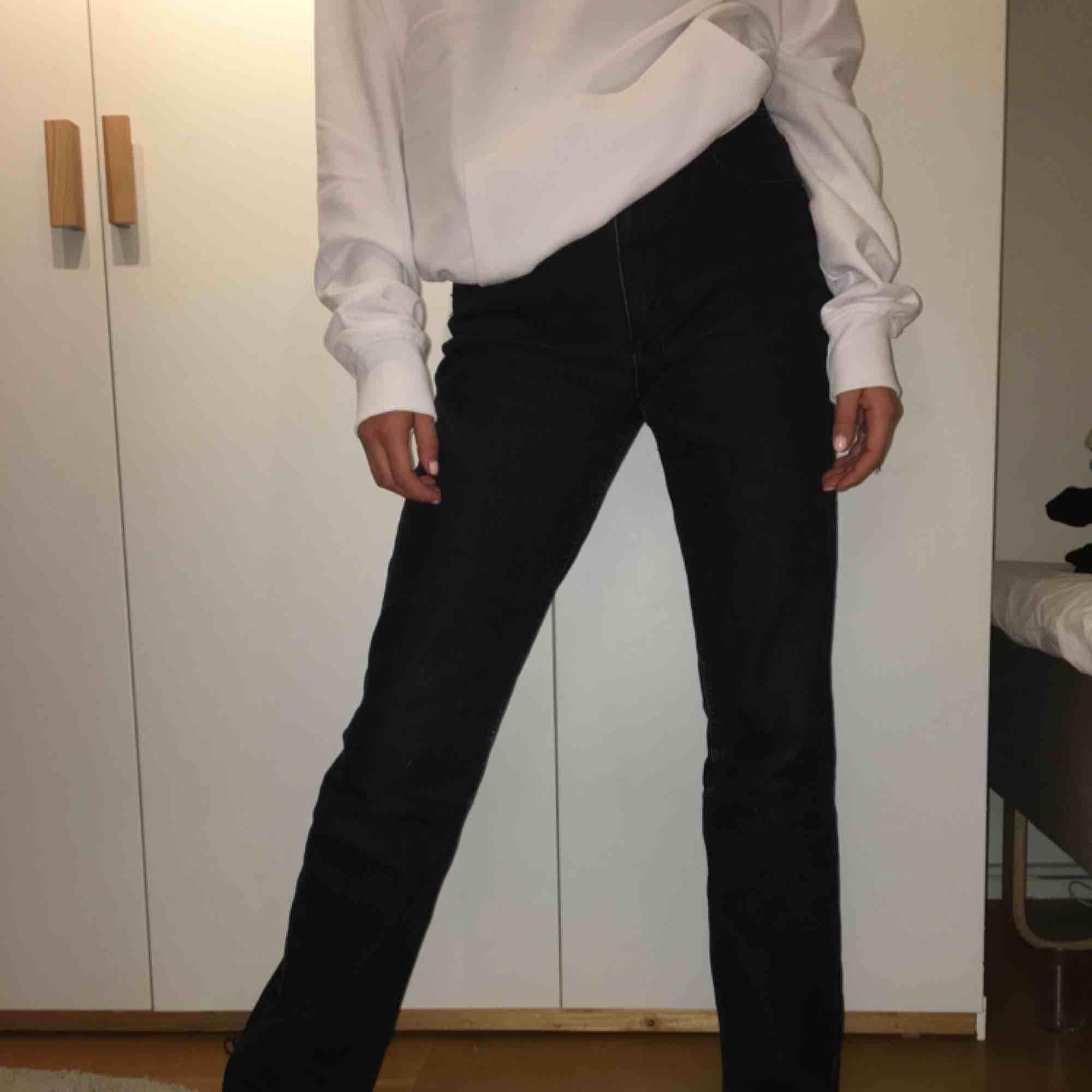 Mörkgråa/svarta jeans som är lite raka/vida i benen. Passar mig som är 165, har S i det mesta. Dock är de lite stora i midjan men det är bara att ha skärp :). Jeans & Byxor.