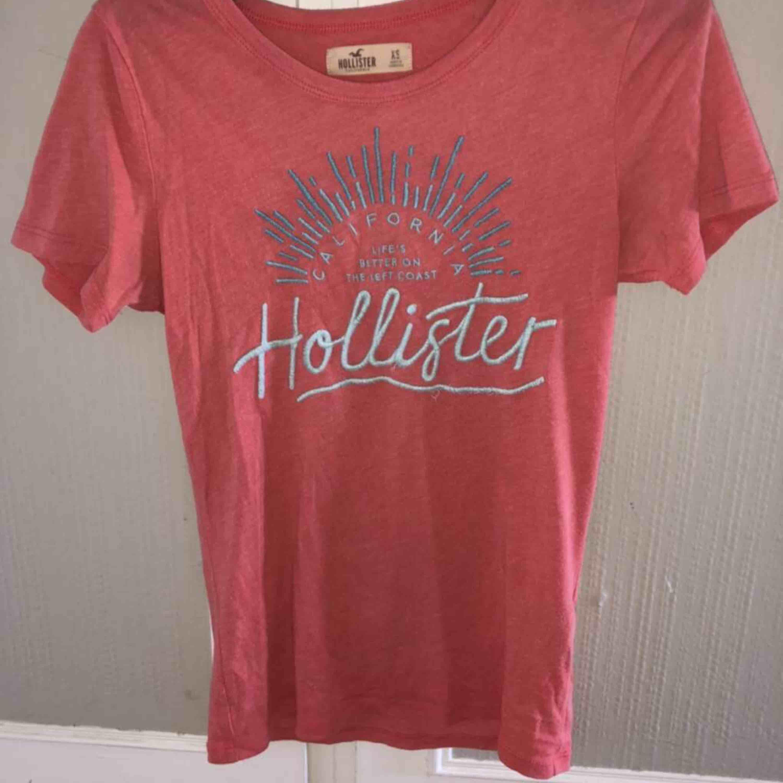 Fin men välanvänd Hollister t-shirt i bra skick med text och detaljer över brösten. Köparen står för frakt.. T-shirts.