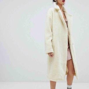 Säljer en krämvit Teddy coat införskaffad från Nakd förra säsongen! Nypris 1200kr, i använt men bra skick utan några skavanker! Skriv om du vill ha fler bilder eller för att diskutera pris!