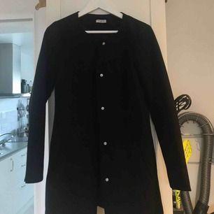 Super snygg klassisk och stilren svart kappa från Vero Moda. Knappt använd och därför i superbra skick!
