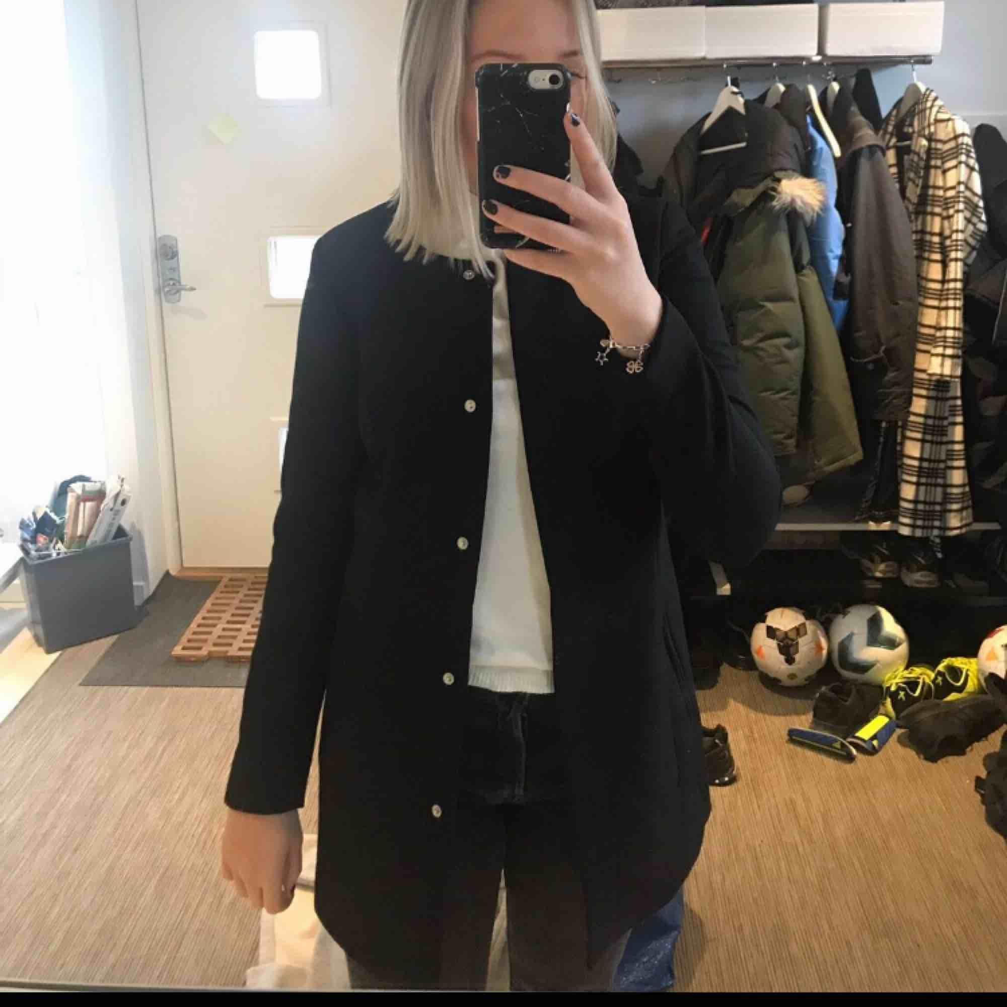 Super snygg klassisk och stilren svart kappa från Vero Moda. Knappt använd och därför i superbra skick!. Jackor.