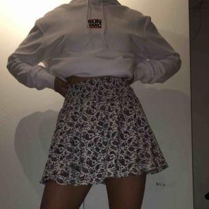 Säljer denna fina korta kjol från HM, storlek 34.
