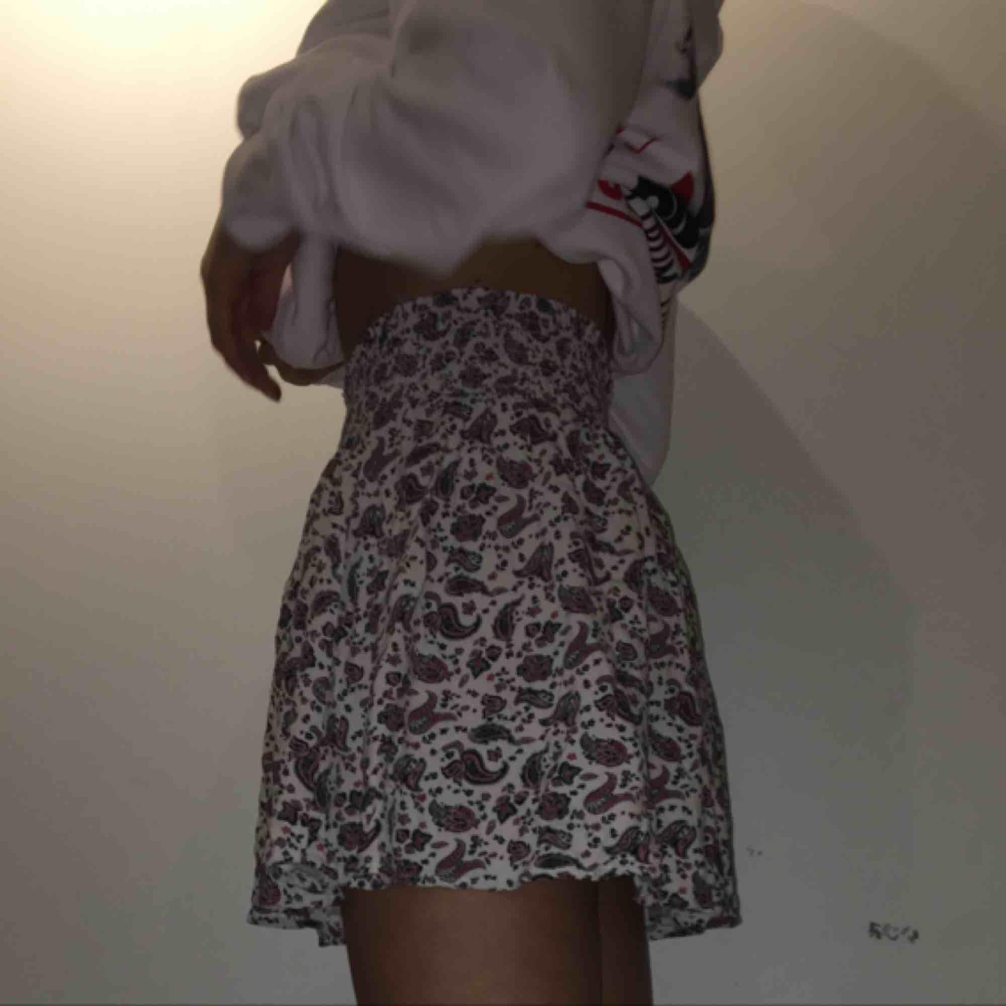 Säljer denna fina korta kjol från HM, storlek 34. . Kjolar.
