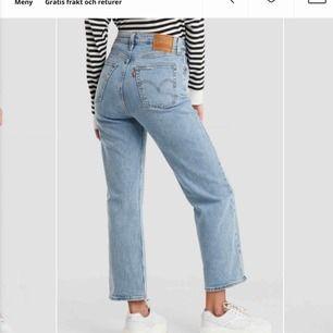Säljer dessa jeans helt oanvända från NA-KD. Köpt för 1049 kr. Aldrig använda då jag fick de i present. 700 kr ink frakt! Står inte för postens slarv, kom o köp !
